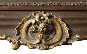 13. Detail - lacune in ornament midden onder