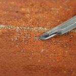 Schilderij - Vrijleggen scheur - Verwijdering van lijmresidu achterkant doek met scalpel